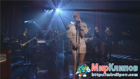 Rihanna - Russian Roulette (Live, Late Show With David Letterman)