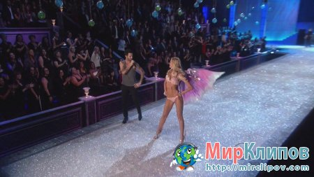 Maroon 5 - Moves Like Jagger (Live, The Victoria Secrets Fashion Show 29.11.2011)