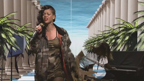 Rihanna - Diamonds (Live, Saturday Night Live, 10.11.2012)
