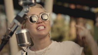 Miley Cyrus, Joan Jett & Laura Jane Grace - Androgynous