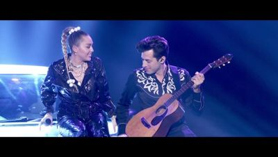 Mark Ronson ft. Miley Cyrus - Nothing Breaks Like a Heart (Live on Graham Norton)
